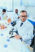 lékaři pracující na zkušební laboratoř