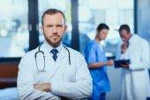 Arzt mit Stethoskop in Klinik