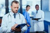 zuversichtlich Arzt mit Ordner