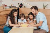 giovane famiglia utilizza la compressa nella caffetteria