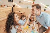 Fotografie schöne junge Familie im café