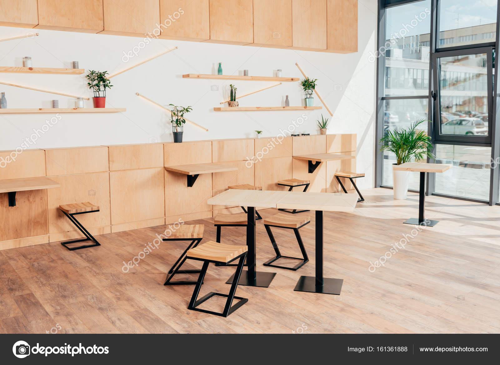 Stijlvolle interieur van modern café u stockfoto alexnazaruk