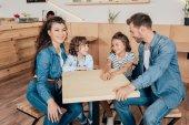 bella giovane famiglia nella caffetteria