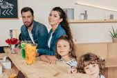 giovane famiglia al bancone bar