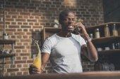 Američan Afričana muž mluví na telefonu