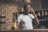 afro-amerikai ember beszél telefonon
