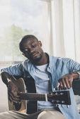 Američan Afričana muž s kytarou
