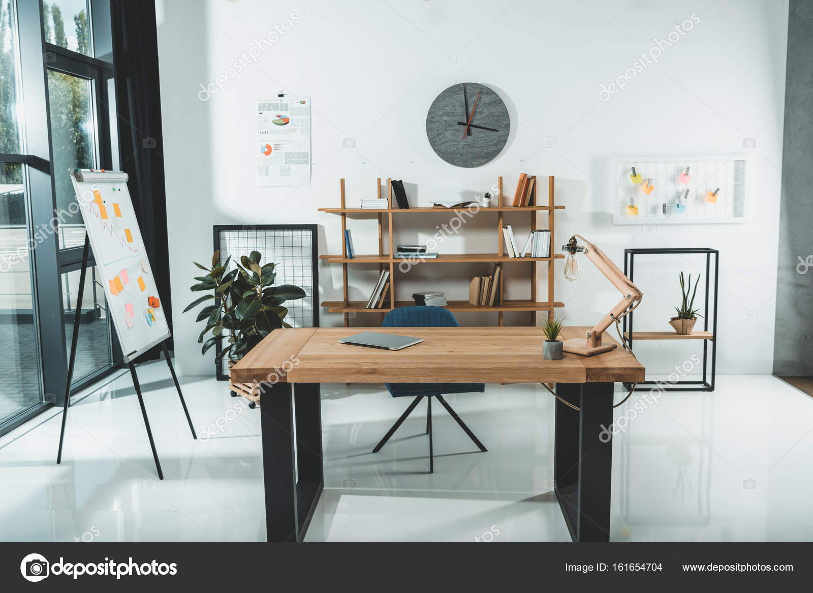Lieu de travail vide au bureau u2014 photographie alexnazaruk © #161654704