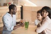 Afričan-americká rodina v kavárně