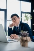 Photo concentrated young asian businessman