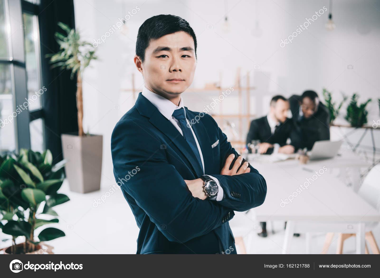 Азии бизнесмен с сложа руки — стоковое фото