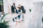 podnikatelé při pohledu na obrazovku u notebooku