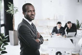 americký podnikatel se založenýma rukama