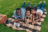 Fotografie Rodinné pořizování selfie na pikniku