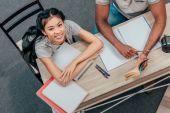 Fotografie multiethnic students doing homework