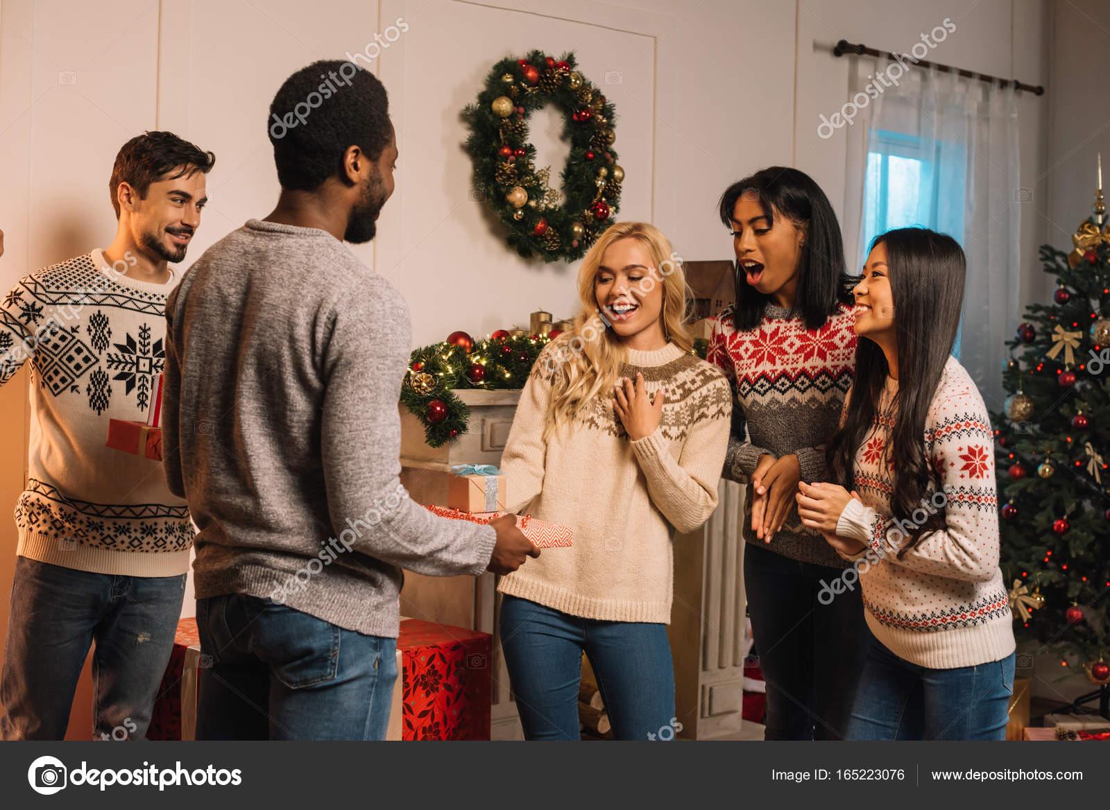 multikulturelle Freunde, die Austausch von Weihnachtsgeschenke ...