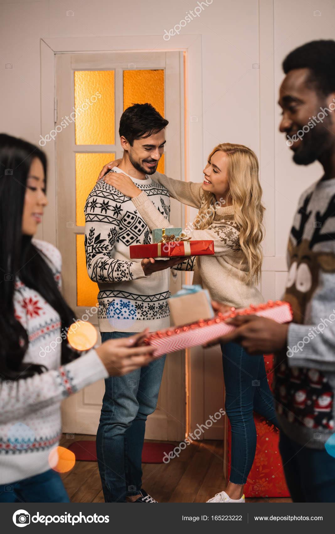 multiethnische Paare, die Austausch von Weihnachtsgeschenke ...