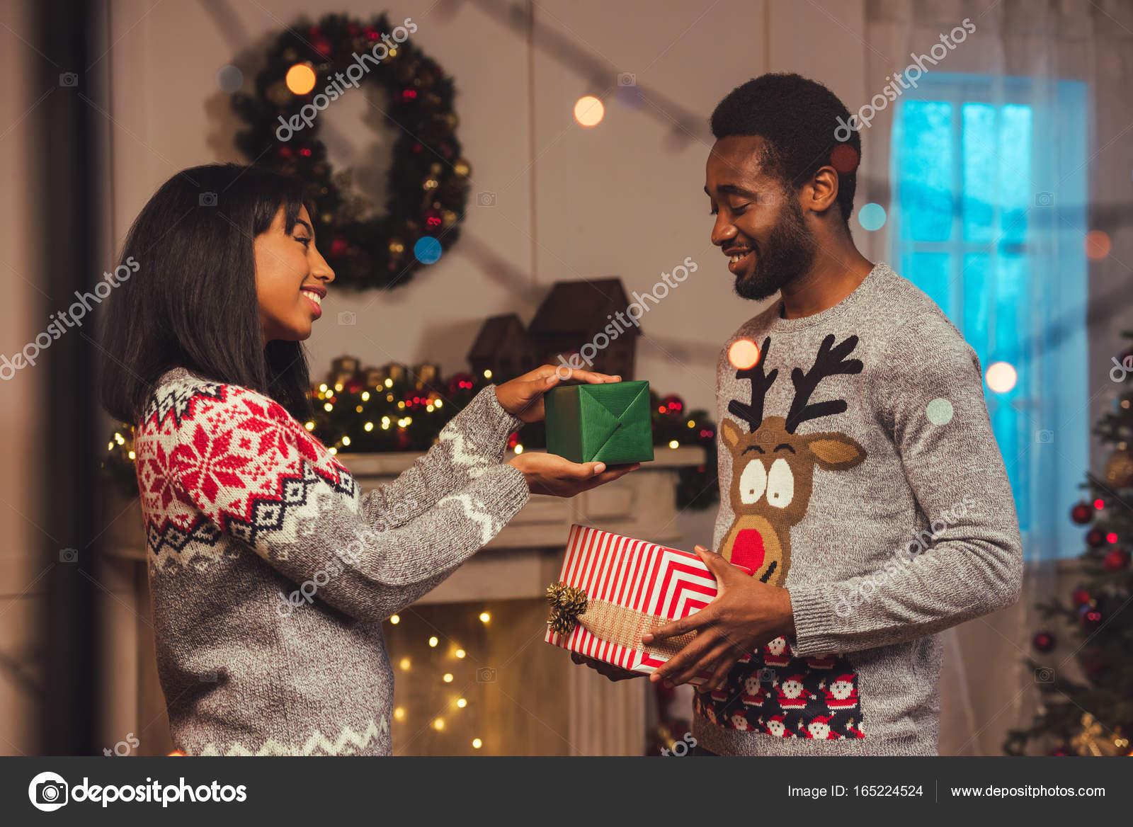 afrikanische amerikanische Brautpaar auf Weihnachten — Stockfoto ...