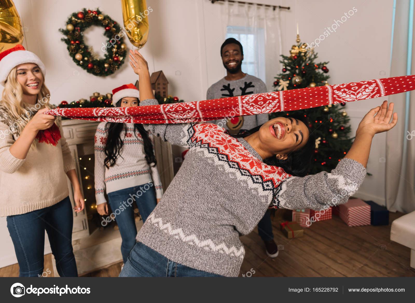 multiethnische Freunde Spiel limbo — Stockfoto © AlexNazaruk #165228792