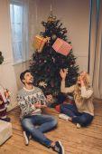 Fotografie šťastný pár se doma dárky na Vánoce