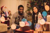 Fotografie mnohonárodnostní pár slaví Vánoce