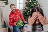 boldog pár ünneplő karácsony