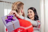 žena objímá svého přítele na Vánoce