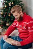 muž vybalení vánoční dárek
