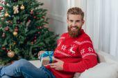 Muž, který držel vánoční dárek