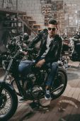 motocyklista s klasickou motorku