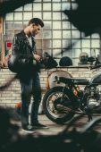 Fotografie motorkář se motocykl v dílně