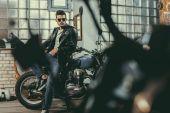 hezký biker v dílně
