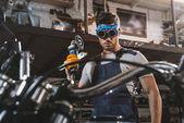 mechanik s kotoučovou pilou v dílně