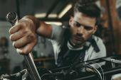 Fotografie mechanik, opravy motocyklů