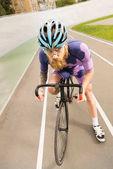 Fotografia ciclista sulla pista di corsa del ciclo