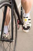 Fotografia bicicletta di guida del ciclista su pista di corsa del ciclo