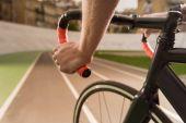 cyklista jedoucí na kole během závodu