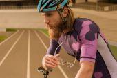 promyšlené cyklista v helmě