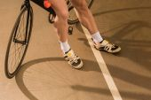 Fotografia ciclista in piedi vicino a biciclette