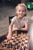 Preschooler dítě dělat tah v šachu