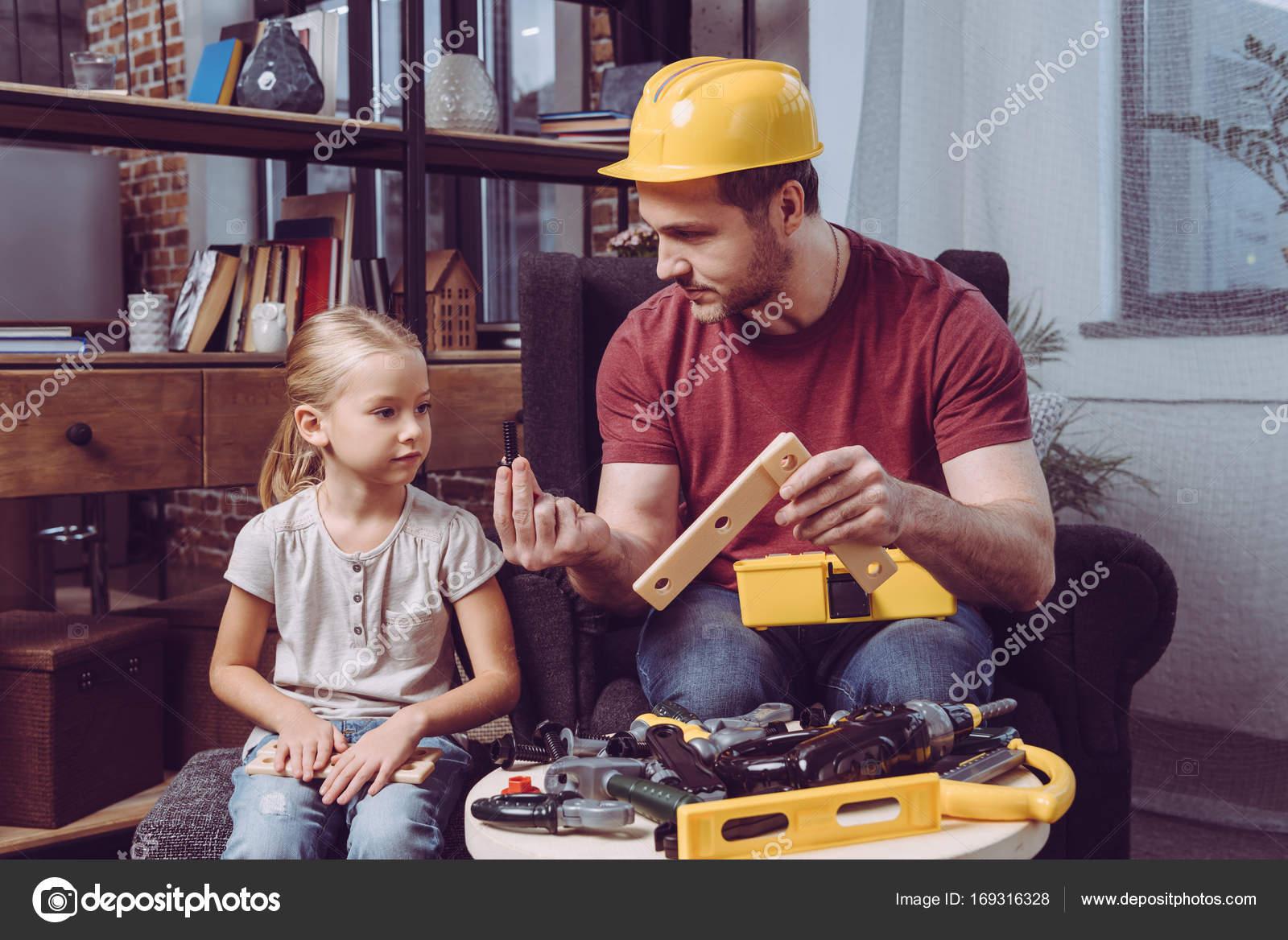 Padre que muestra cómo hacer el marco de madera — Foto de stock ...