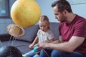 Apa és lánya játszik a bolygók