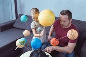 Otec zobrazeno model sluneční soustavy