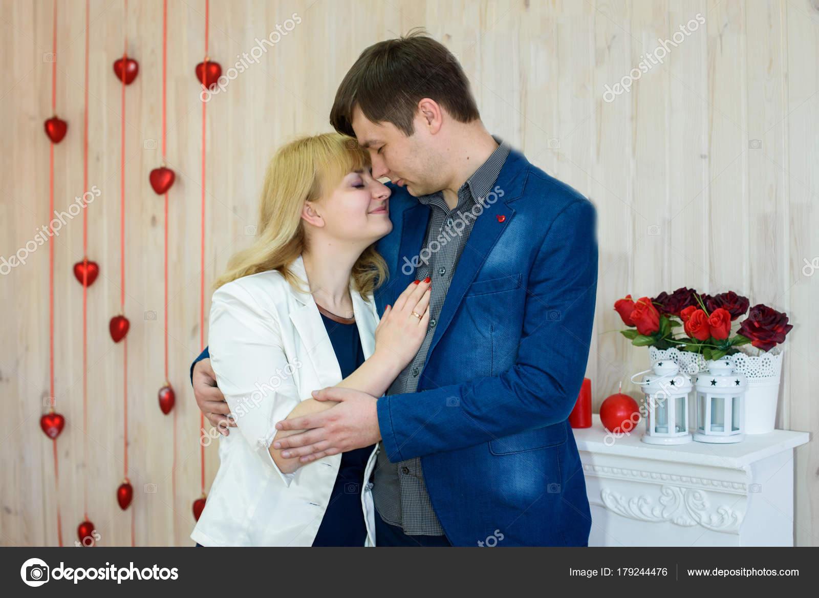 Romantisches Paar Verliebt Ein Zimmer Mit Roten Herzen Zum Valentinstag U2014  Stockfoto