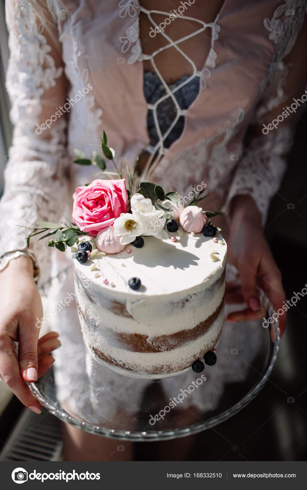 Handen Van De Jonge Vrouw Met Verjaardag Taart Selectieve Aandacht