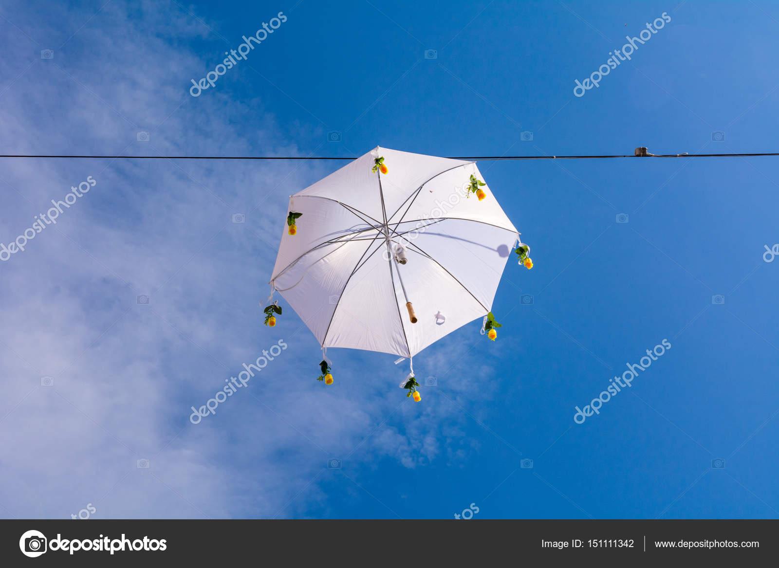 Illuminazione di ombrello con sfondo di cielo blu u foto stock