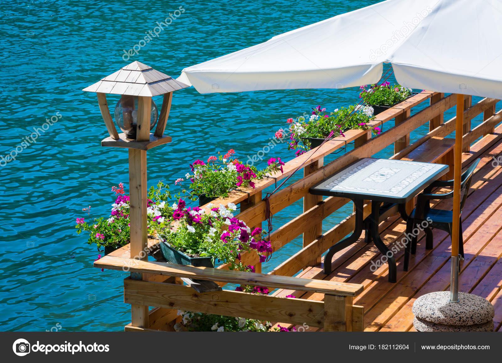 Romantica Terrazza Sul Lago Alleghe Belluno Italia Affascinante Lago ...