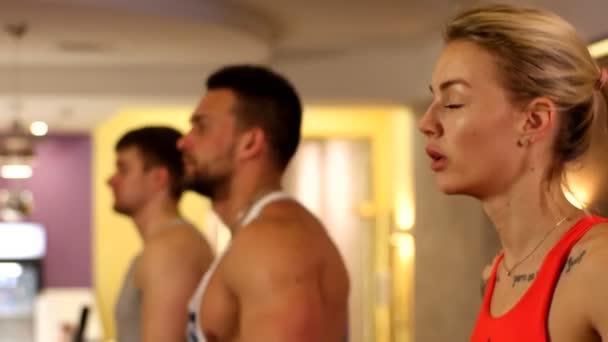 Lidé, trénink ve fitness klubu