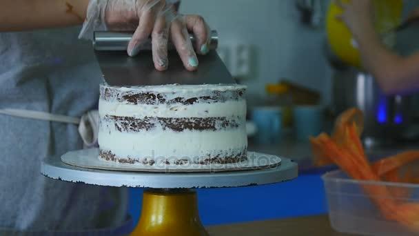 rozprostírání krém na dort