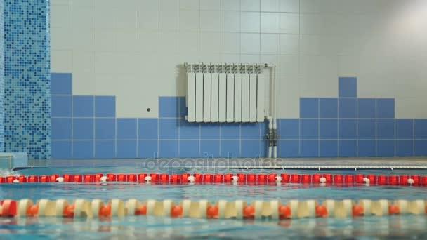 Profesionální plavání v bazénu pod vodou
